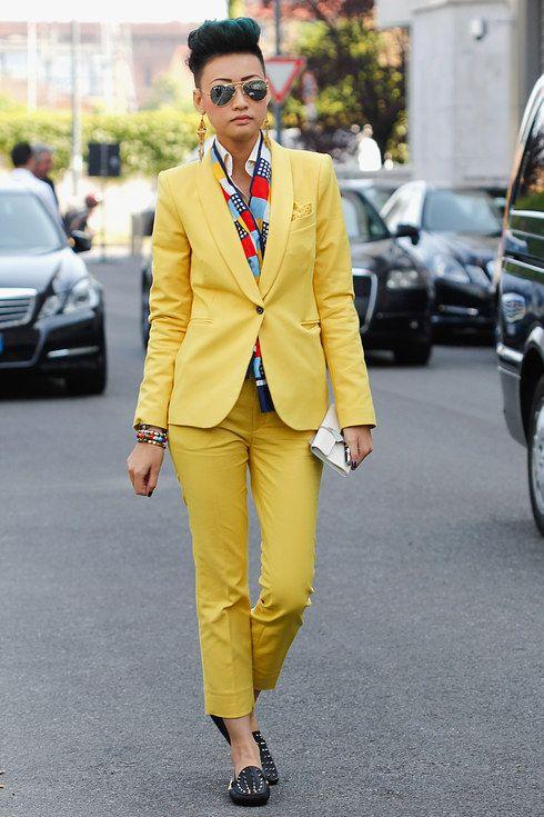Желтый деловой костюм