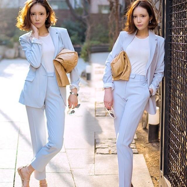 Голубой деловой костюм