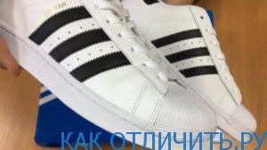 Фирменные полоски кроссовок Adidas