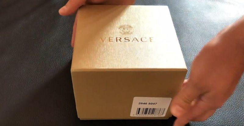 часы упакованы в золотую коробку Часы Versace
