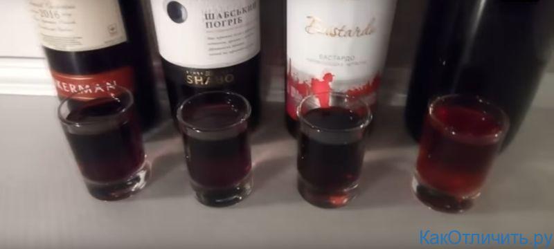 Слева - 3 вида дешевых полусладких вин, справа - натуральное домашнее вино