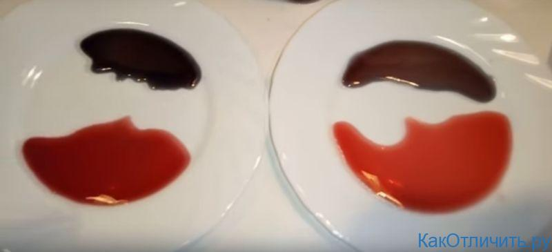 Сверху - вино, смешанное с содой, снизу - естественный цвет вина