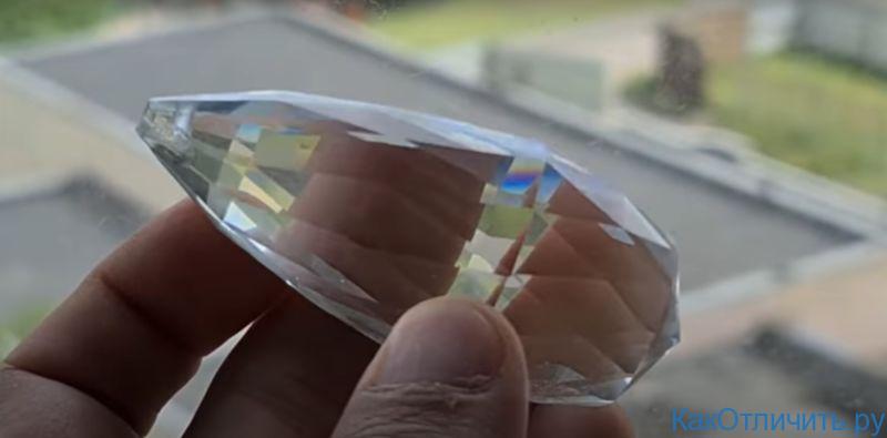 Цветные блики на изделии из стекла